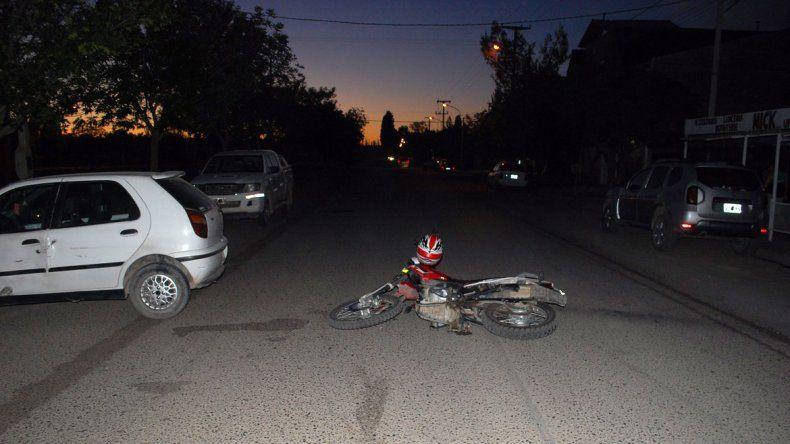 Una joven dobló en U y atropelló a un policía: el hombre terminó con fractura de tobillo
