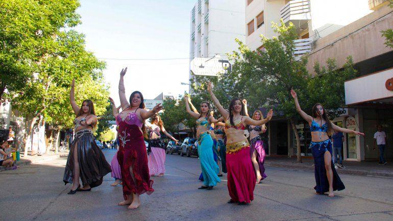 La calle Roca ayer se convirtió en una gran pista de baile al aire libre.