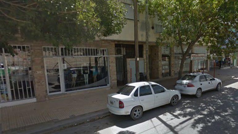 Tres pibes entraron en un local para robar perfumes