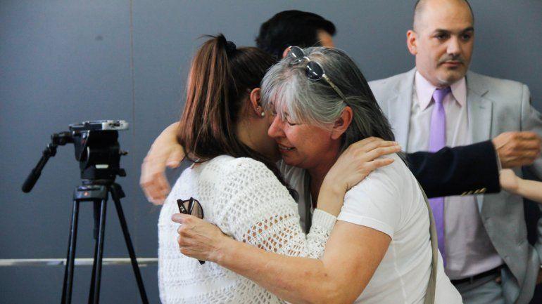 La víctima se abrazó con su madre luego de escuchar la sentencia.