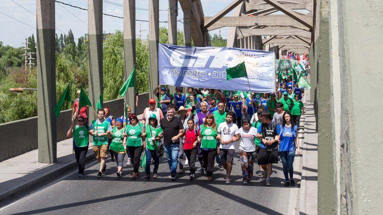 Una masiva columna de manifestantes marchó ayer por los puentes.