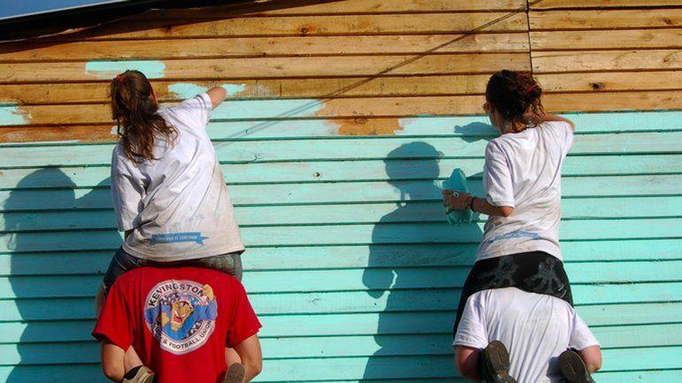 La ONG construye viviendas de emergencia en las tomas.