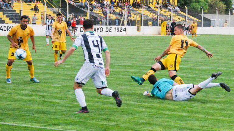 El Albinegro desperdició una gran cantidad de ocasiones de gol y Madryn aprovechó para ganar.