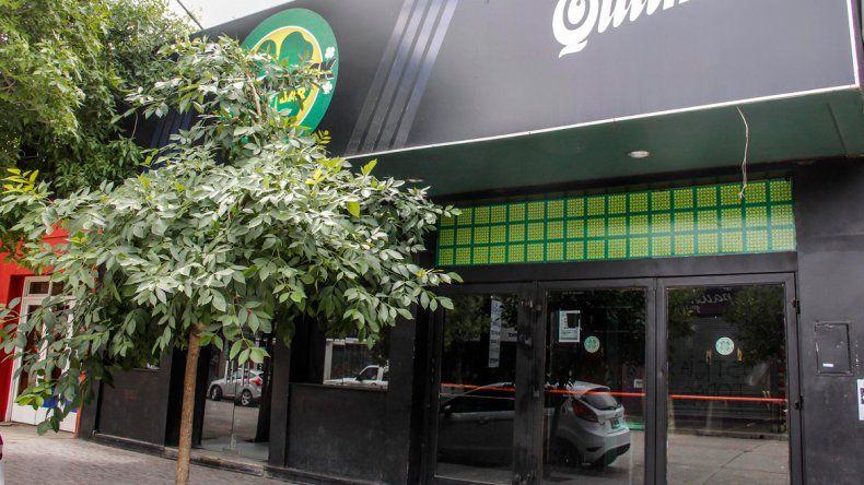 Al menos ocho disparos impactaron contra la fachada de Shamrock Bar