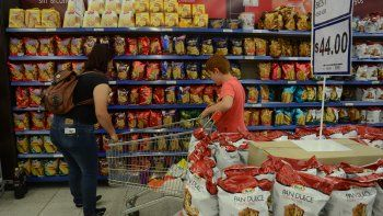 quieren obligar a los super a vender productos rionegrinos