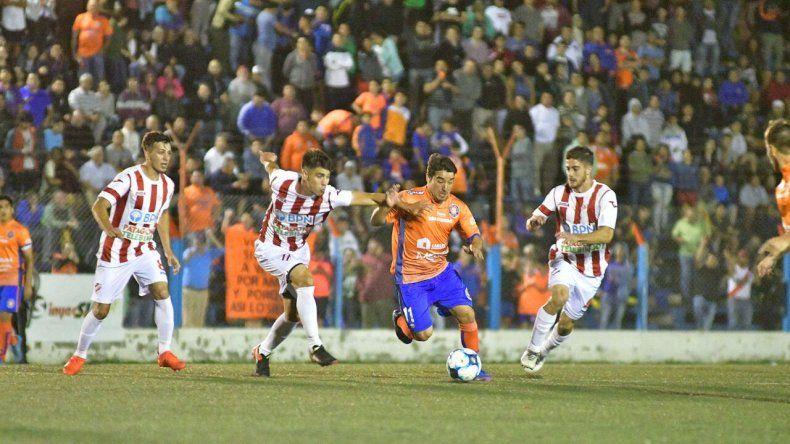 Kevin Guajardo cerró la goleada de Roca ante Independiente: puso el 4-0 con un remate bajo y cruzado.