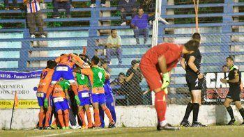 La alegría de Roca y la desazón de todo Independiente, que se despidió de la fase regular con una dura derrota.