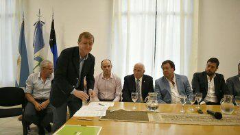 anibal tortoriello firmo el acuerdo de obras de conectividad con otros 11 municipios