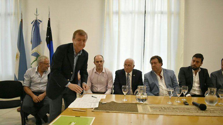 Aníbal Tortoriello firmó el acuerdo de obras de conectividad del DAMI