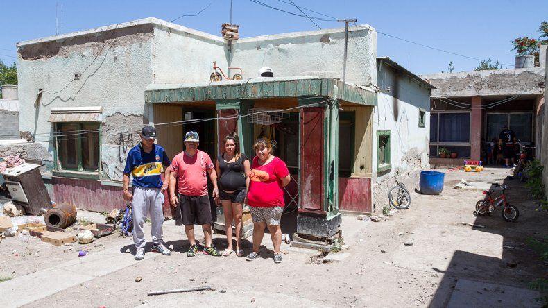 Las familias que ocuparon la vivienda de calle Independencia dicen que no se irán aunque les manden a las fuerzas de seguridad para forzar el desalojo.