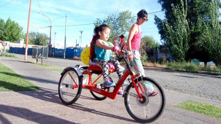Carmela disfruta de su tricicleta