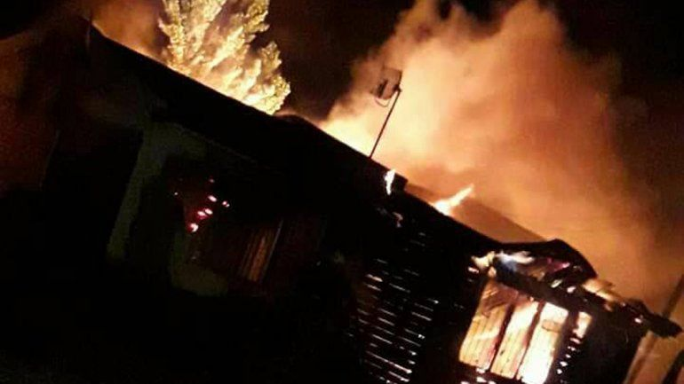 Vecinos de Las Perlas quemaron la casa en la que viven supuestos ladrones.