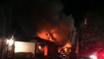 En Las Perlas, vecinos cansados de los robos prendieron fuego la casa de presuntos ladrones.