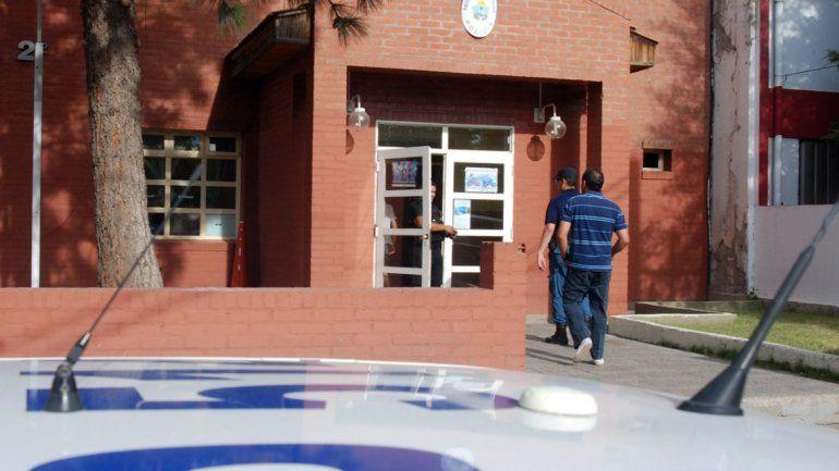 La camioneta Volkswagen Amarok con la que la mujer atropelló a su ex pareja quedó secuestrada en la Comisaría Segunda de Neuquén.