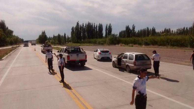 El tráiler de la policía rionegrina fue instalado sobre el tercer puente.