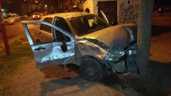El conductor del Fiat Palio, tras el choque, terminó contra un árbol.