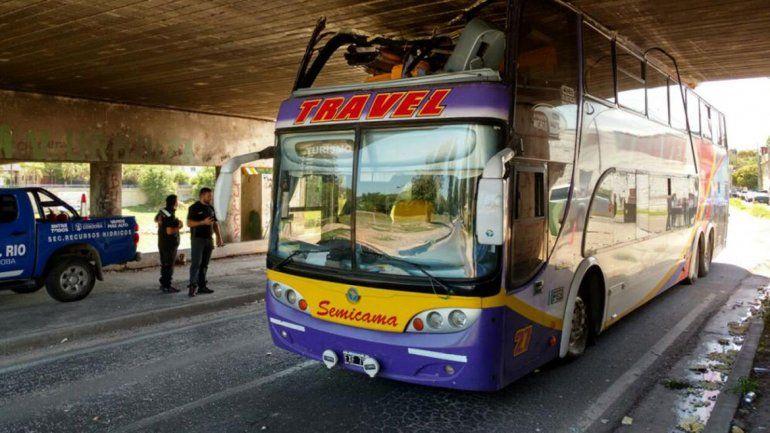 Un ómnibus quedó atascado debajo del puente Zípoli