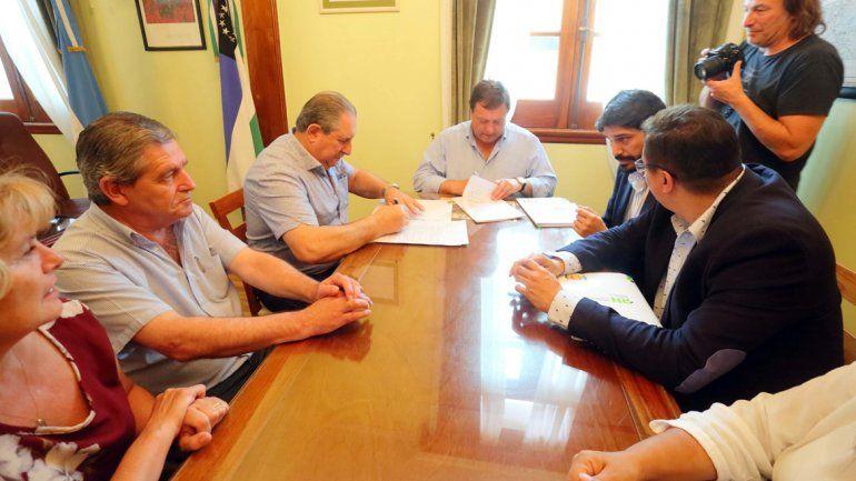 El gobernador Weretilneck selló el acuerdo con ATE y UPCN.