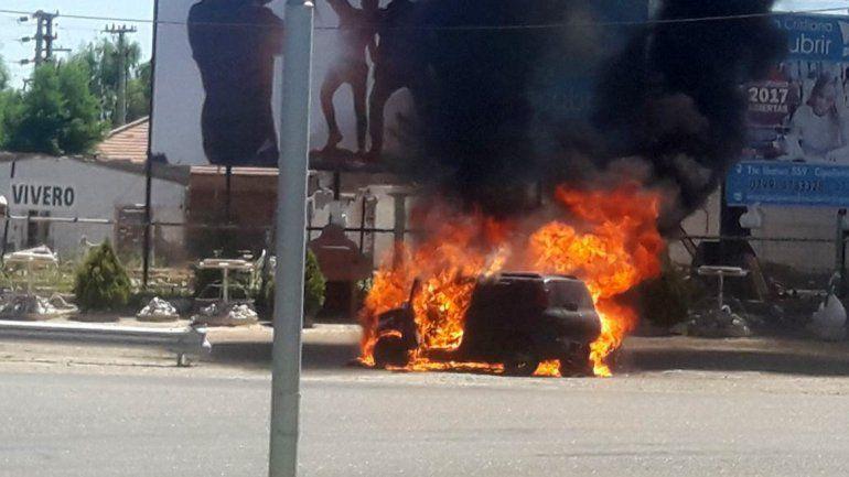 Un auto se prendió fuego en plena rotonda de Rutas 151 y 22