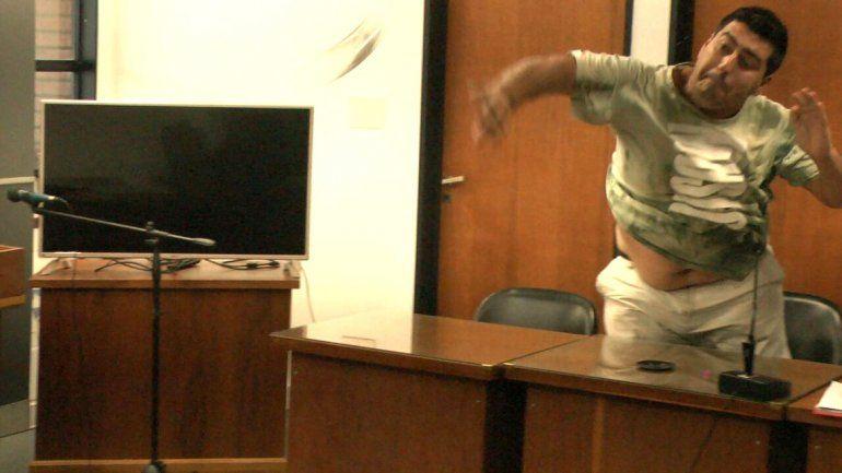Quedó detenido por organizar saqueos y le arrojó un vaso al fiscal en plena audiencia