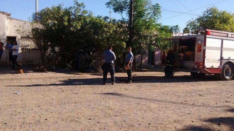 Robaron una camioneta a punta de pistola, escaparon y se estrellaron contra un árbol