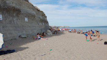En la playa, entre las bajadas 3 y 4, quedaron grandes rocas, y algunos turistas se ubicaron peligrosamente cerca.