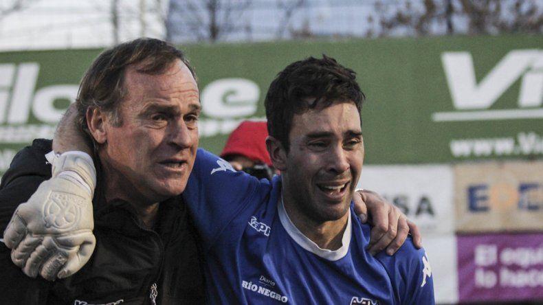El arquero Alasia y el Ruso Homann lloran después de clasificar por penales a Cuartos de final por el ascenso.