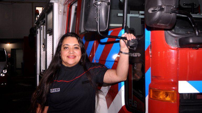 Valiente: una de las mujeres que componen el plantel de Bomberos.