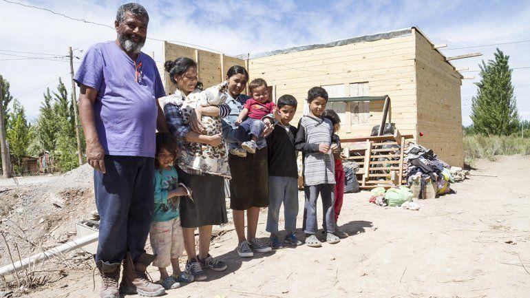 Julio y Lorena subsisten con 7 hijos