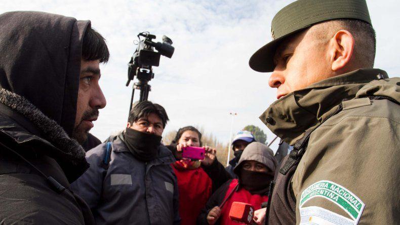 Sabino López Auka Liwen enfrentado a la Gendarmería Nacional en los puentes carreteros.