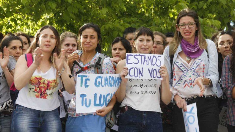 Compañeras de la estudiante de la Unco abusada lloran en la marcha por pedido de justicia