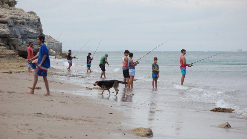 Muchos se animan a la pesca desde la costa balnearia de Las Grutas.