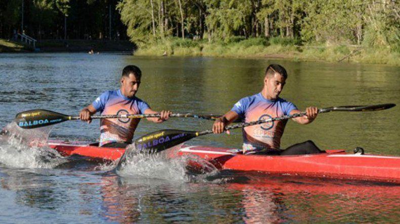 Dos neuquinos lideran la Regata del río Negro