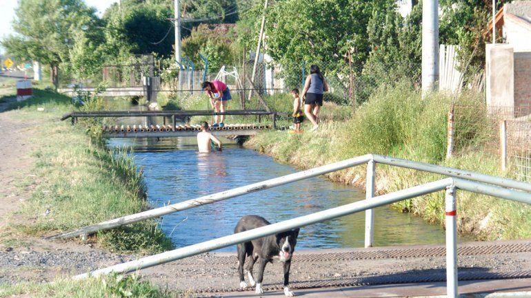 Protección Ciudadana recordó que los canales no son aptos para bañarse.