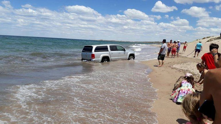 Lograron sacarla antes de que las olas la taparan por completo