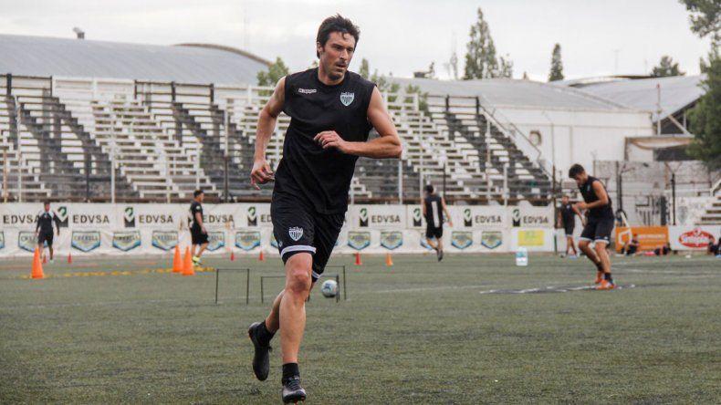 El refuerzo Azcárate integró la formación titular que probó el entrenador albinegro.