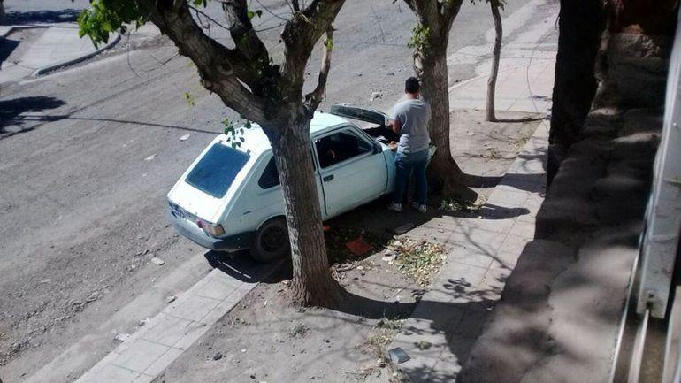 Chocó contra un árbol y escondió las botellas de alcohol para zafar de la multa