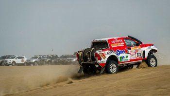 La nueva Toyota de Reina en medio de la arena de Pisco, Perú.