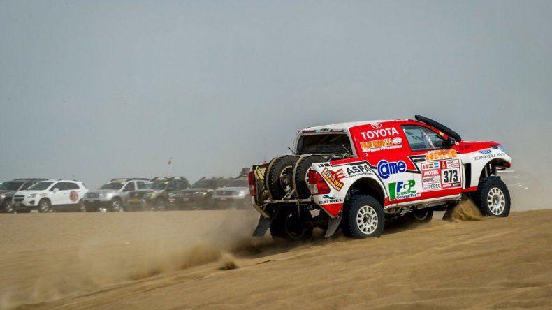 La nueva Toyota de Reina en medio de la arena de Pisco