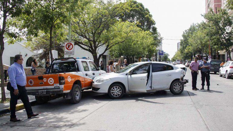 La Chano cipoleña: perdió el control y se llevó puestos 5 autos en pleno centro
