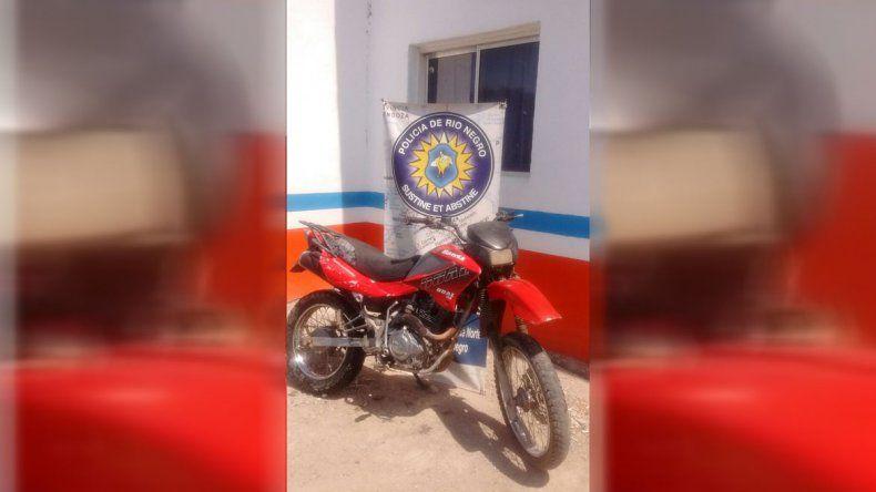 Lo perseguía la Policía por evadir un control, abandonó la moto y huyó