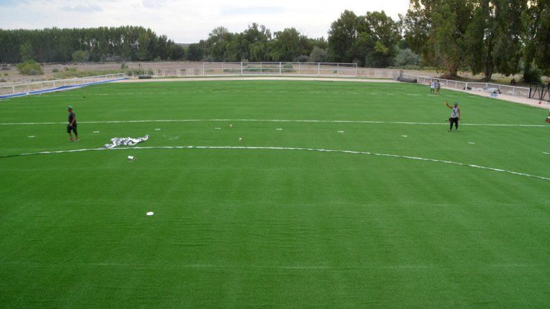 El paño verde va cubriendo buena parte de la superficie de la flamante cancha de hockey que sumará la ciudad.