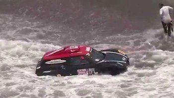 piloto del dakar se metio al mar y evito el incendio de su camioneta