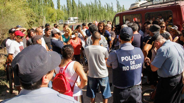 El fiscal Herrera y el dueño de las tierras llegaron al lugar acompañados por un buen número de policías.