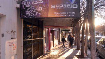 El asalto a la joyería Scorpio ocurrió en pleno centro de Cipolletti y fue protagonizado por tres delincuentes armados, además del apoyo de un vehículo.