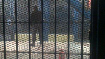 presos denuncian a un cocinero porque les roba comida