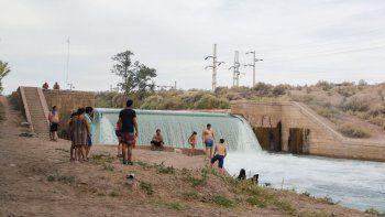 El canal principal, a la altura del balneario de El 30, suele traer caudales muy significativos, lo que acrecienta los riesgos de hechos lamentables.