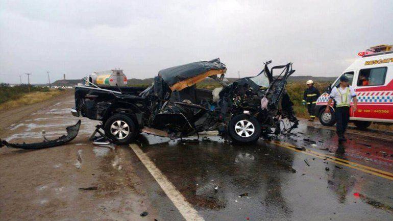 Un hombre murió al chocar de frente contra un camión que transporta combustible