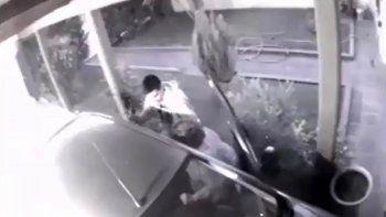 asaltaron a una mujer que entraba a su casa y quedo todo grabado