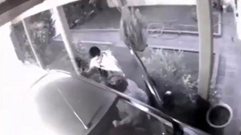 A punta de pistola le robaron a una mujer cuando entraba a su casa y quedó todo grabado
